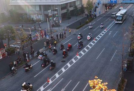 長い車の列の跡はオートバイが続く