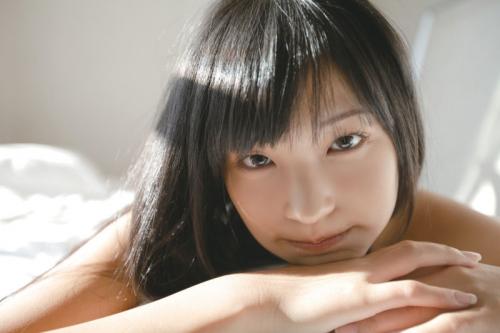 【グラビア】私、可愛いでしょ?エキゾチックな魅力の現役女子高生・小林かれん(16) 初体験のメイドコスを披露した最新DVDをPR