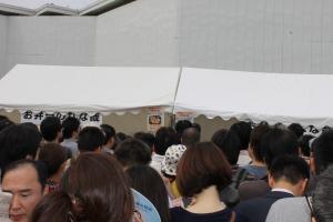 プリズン弁当に並ぶ人々(2)