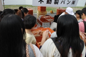 プリズンパンを買う人達(1)