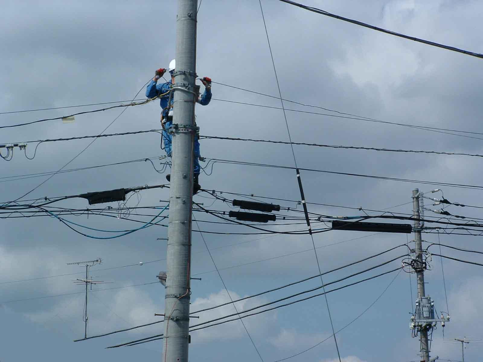 工事人電柱作業中