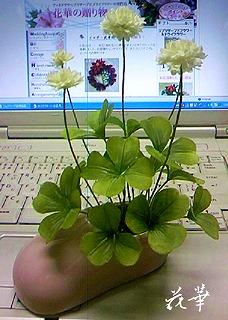 ハンドメイド・四葉のクローバー(白つめ草)とピンクのクツの花器(布花・染め花・アートフラワー)