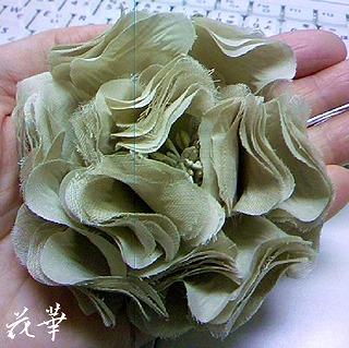 ハンドメイドのお花のコサージュ・ベージュ色(布花・染め花・アートフラワー)