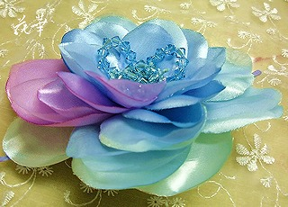 布花・クリスタルと大輪のバラの髪飾り・ヘッドコサージュ