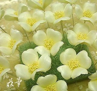 手作りのウエディングブーケの色とお揃いの小花の髪飾り・ヘッドコサージュ(布花・染め花)