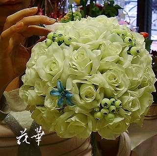 白い薔薇とクランベリーとブルースターのウエディングブーケ(アートフラワー・上質造花)・生徒さん作品