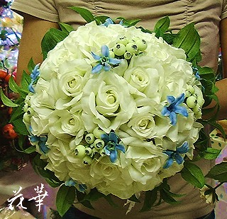 白い薔薇とブルースターとグリーンのウエディングブーケ&ブートニア(アートフラワー・上質造花)・生徒さん作品