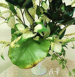 和菓子屋さんに飾るウオーターリリーと半化粧(夏生)と雲竜柳のインテリアフラワーアレンジメント・レンタルフラワーアレンジメント(アートフラワー・上質造花)