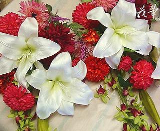 墓前に供えるカサブランカとマムの花束(アートフラワー・上質造花)とオレンジ色の小花の壁掛け・オーダーメイド商品