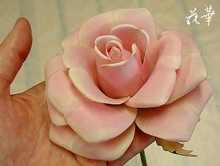 手の中から生まれた優しいピンク色の薔薇(布花・染め花・アートフラワー)
