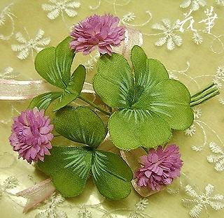 ハンドメイドの四葉のクローバーのコサージュ(赤つめ草)・布花・染め花・アートフラワー