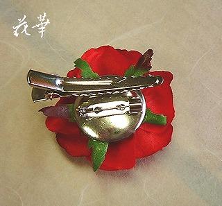 パーティー・式典・セレモニーに使えるプチ・ローズのコサージュ(コサージュピン&クリップの2ウエイタイプ)カンパニーカラーは赤