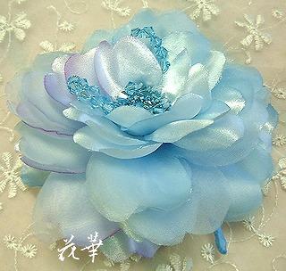 3月の誕生石・アクアマリン色のクリスタルと大輪の薔薇のコサージュ(布花・ハンドメイド)お誕生日プレゼントにもお勧め!