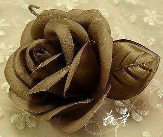 サテンの薔薇のコサージュ(布花・ハンドメイド)モカ色