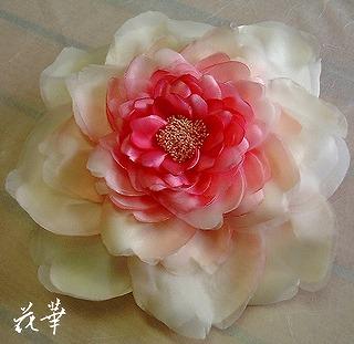 ウエディングドレスに合わせる特大の薔薇のヘッドコサージュ(髪飾り)・布花・染め花・ハンドメイド