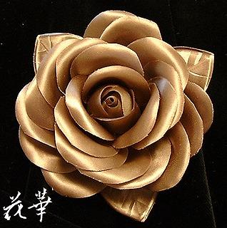 ハンドメイド・サテンの薔薇と葉っぱのコサージュ・ブロンズ(布花)