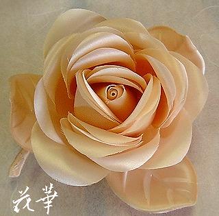 ハンドメイド・サテンの薔薇と葉っぱのコサージュ・ピーチ(布花)