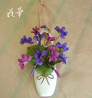 手作りのお花・スミレ(菫)とトウシューズ(バレーシューズ)の壁掛け飾り(布花・アートフラワー)