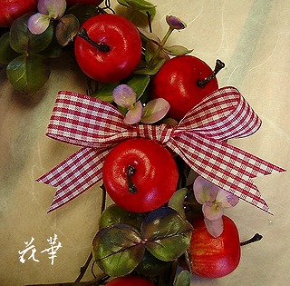 姫林檎と赤いチェックのおリボンのリース(アートフラワー&ドライ)