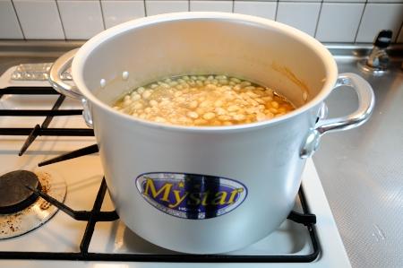 大豆を煮てます