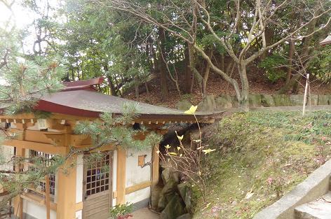 古墳の下に神社がありました♪