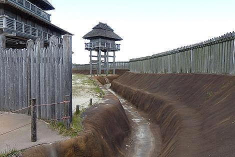 大きな壕や物見やぐら♪