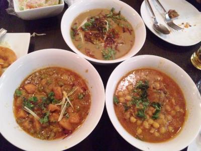 130609大阪ハラールレストランニハリ(奥)、野菜カレー(左)、豆&チキンカレー(右)