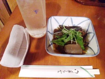 130618魚がし本店お通し450円カレイ煮付けレモンサワー370円