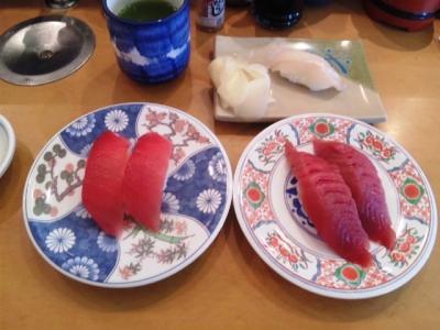 130619廻鮮寿司塩釜港生マグロ130円(左)本マグロ250円(右)