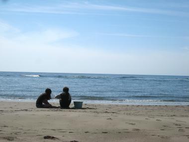 海で遊ぶ姉弟。。。