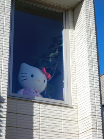 ⑤窓越しのキティちゃん