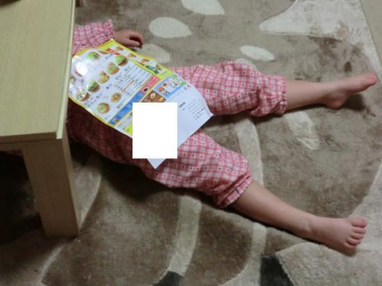 まぶしくて テーブルの下に