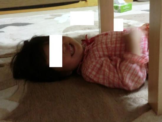 テーブルの下を覗いてみると…