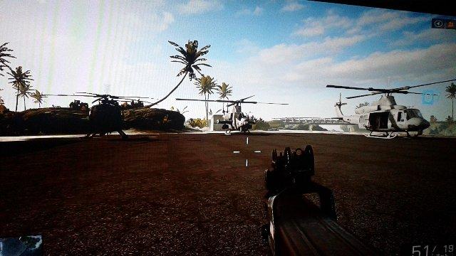 輸送、戦闘、偵察ヘリ3機が駐機中。こちらも全ての武器が使用可能です。