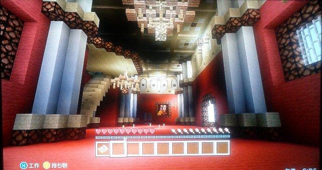 上の階へ進むとガラリと変貌。絢爛豪華と言う言葉がお似合いですね。正面には絵画?が飾られています