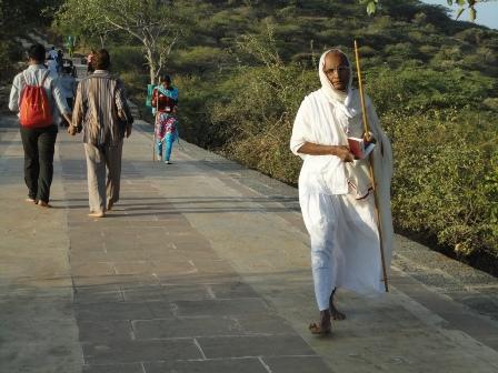 日の出のあと下山するジャイナ教徒