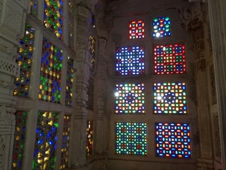 シャトルンジャヤ寺院のステンドグラス