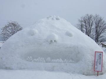 20110212飯山雪まつり雪像おにぎりバス