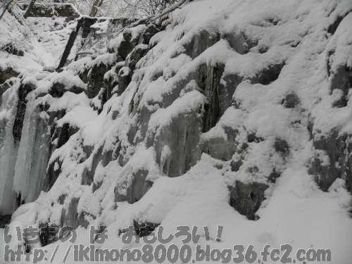 凍った滝の隣のもっと凍った崖