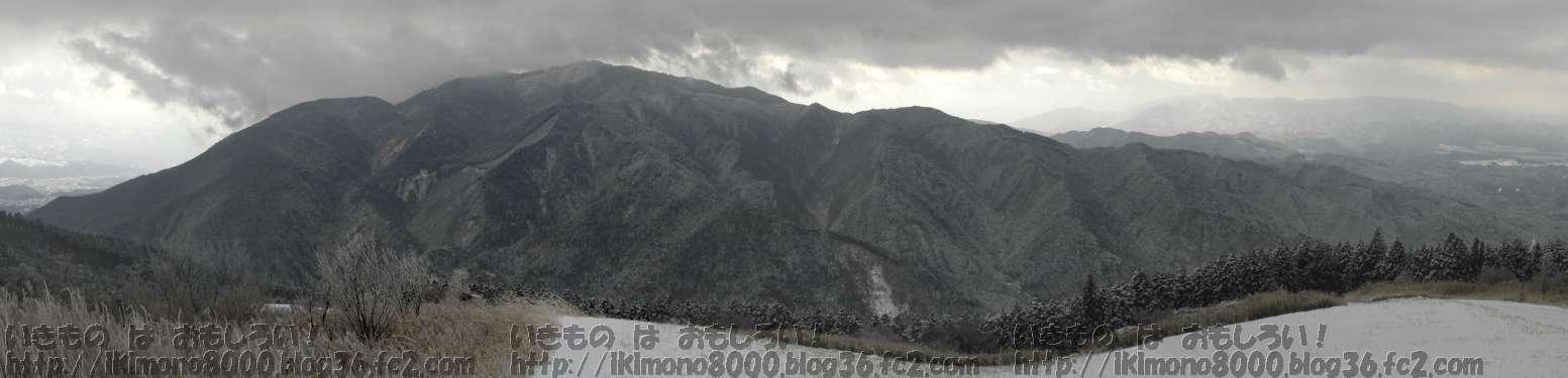 雪の葛城山山頂付近から見た雪の金剛山