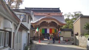 門を修築し明日の報恩講を待つ光徳寺(2011年11月2日)