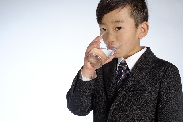 水を飲む少年