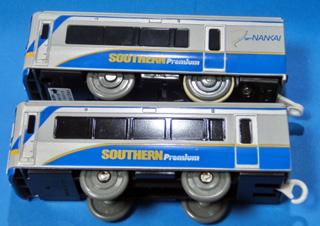 「南海電鉄 サザン・プレミアム」先頭車と後部車の側面の違い