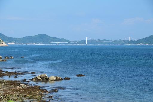 遠くに見えるのは伯方・大島大橋か