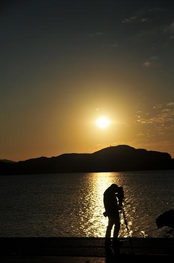 演奏終了後、夕陽を収録するカメラマン