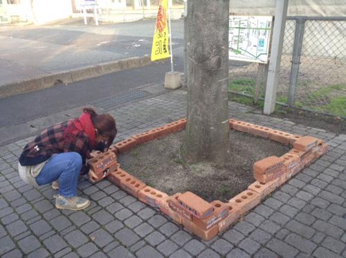 レンガの花壇の解体作業