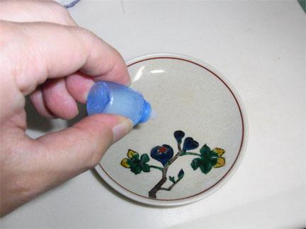 薬を皿に取りましょう
