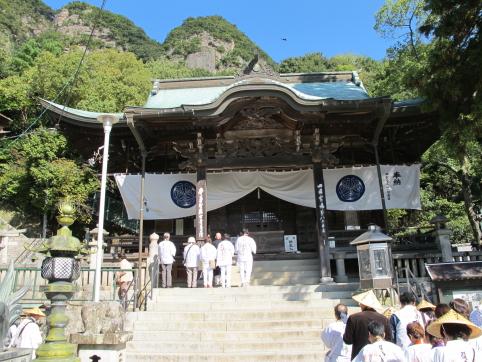 本殿と五剣山の山容