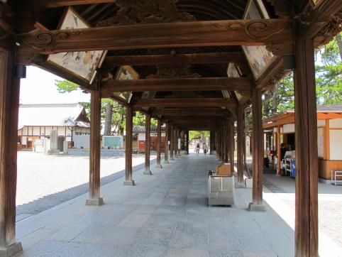 中門と御影堂を結ぶ屋根付き通路