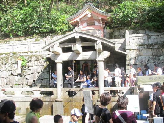 音羽の滝に群がる人々